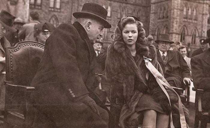 William Lyon Mackenzie King,  Premier Ministre du Canada de l'époque avec l'actrice Shirley Temple. 21 octobre 1944