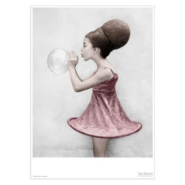 Het meisje dat bellen blaast komt uit de posterserie The Birthday Party van Vee Speers.De poëtische beelden zijn geschoten op ooghoogte, zodat de kijker wordt meegetrokken in de wereld van de kinderen: een wereld die tegenstrijdige gevoelens tussen fantasie en werkelijkheid oproept.