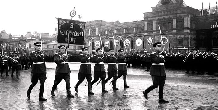 Парад Победы 24 июня 1945 года: маршал Василевский во главе колонны 3 Белорусского фронта