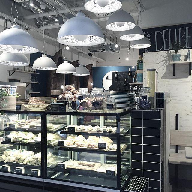 Cafe Deliberi Flamingossa  Captain - By Rydens  #sessaklighting #byrydens #interior #interiorlighting #lightingdesign #luminaire #cafetería #interiorinspo #interiorinspiration #valaisin #kahvila #spaflamingo #deliberi #sessak