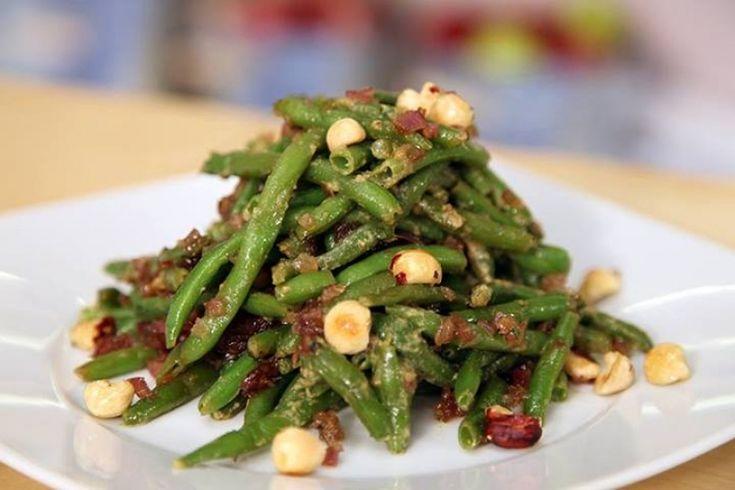 Σαλάτα με φασολάκια , καραμελωμένα κρεμμύδια και φουντούκια - gourmed.gr