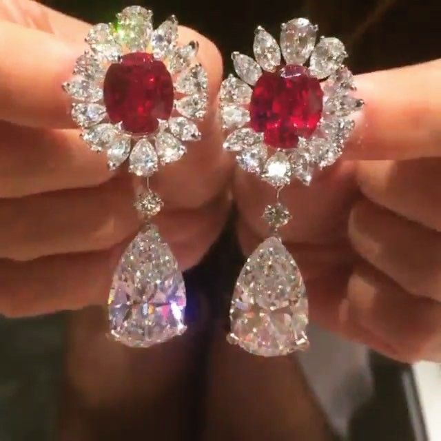Mesmerized by the sparkle in these incredible @vancleefarpels earrings via @joannahardyltd and @the_diamonds_girl. Rubies are 13.83 and 13.33 carats #vancleef #vancleefarpels #vancleefandarpels #masterpiecefair