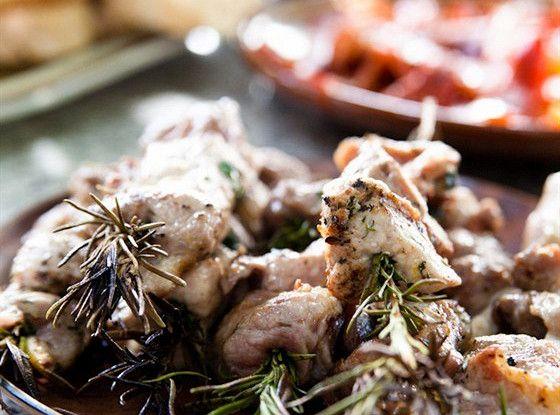 Свинина, жаренная на розмариновых шпажках рецепт – средиземноморская кухня: основные блюда. «Афиша-Еда»
