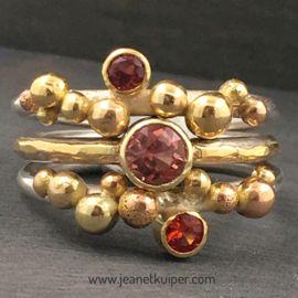 balletjesringen met oranje saffier en ring met roze toermalijn met gouden bandje