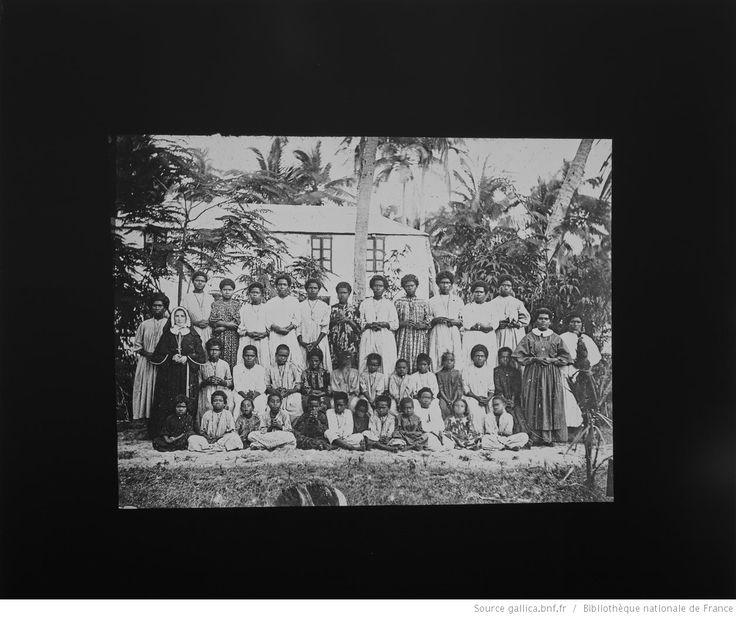 N[ouve]lles Hébrides [sic]. Ecole des filles Fayawé / [photogr. reprod. par] Molteni, Radiguet & Massiot [pour la conférence donnée par] P.Pionnier