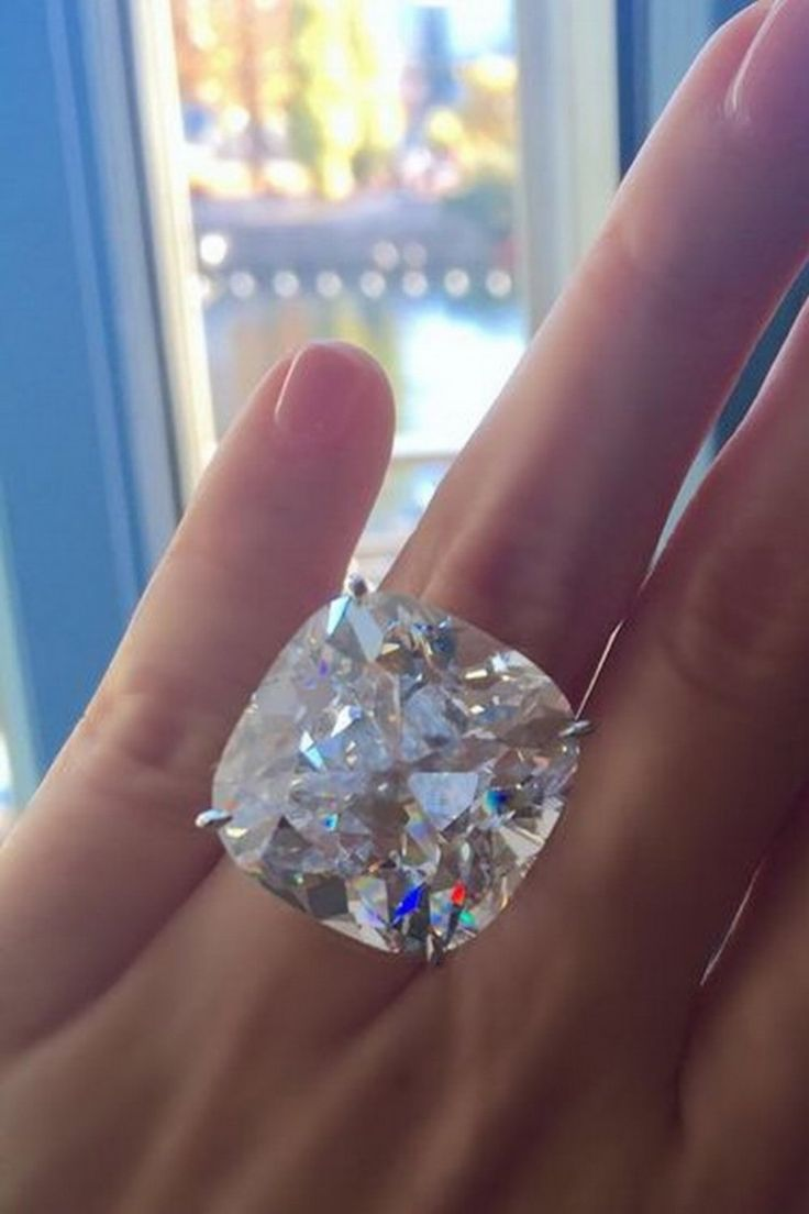 43 carat magnificence. On view through November 9th at Four Seasons Hotel des Bergues Geneva.