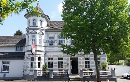 In einer kleinen Gemeinde in Nordrhein-Westalen, nicht weit vom Flughafen Köln-Bonn,  befindet sich eine freistehende Gaststätte mit angrenzendem Saal und eigenem Turm. Die Gaststätte hat ein schö... https://www.locationrobot.de/filmlocation-nordrhein-westfalen-gasthof-lr2102-li608