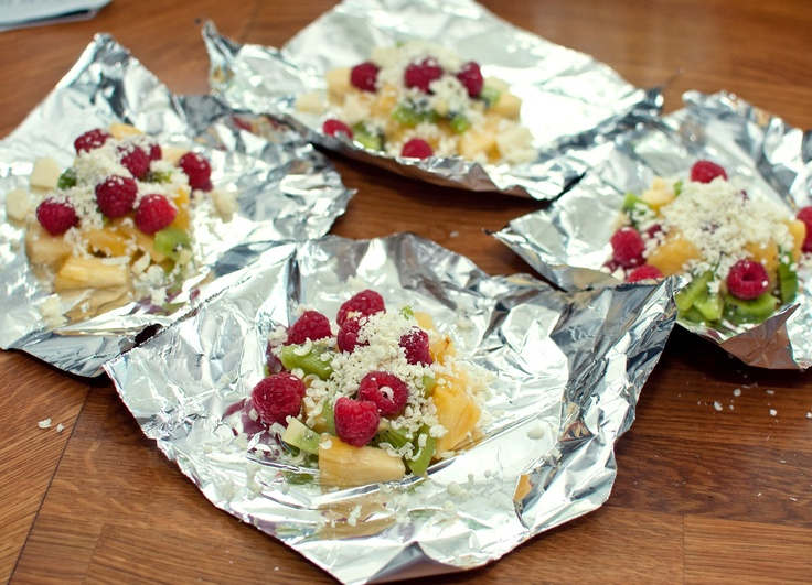 Fruktpaket med vit choklad på grillen