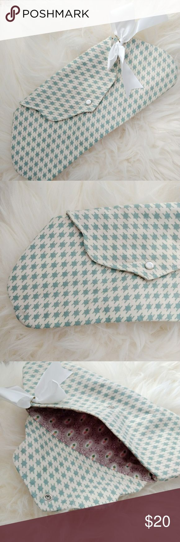 houndstooth clutch blue and white houndstooth fabric clutch. handmade item purchased at a craft fair. fully lined with snap button closure. Bags Clutches & Wristlets