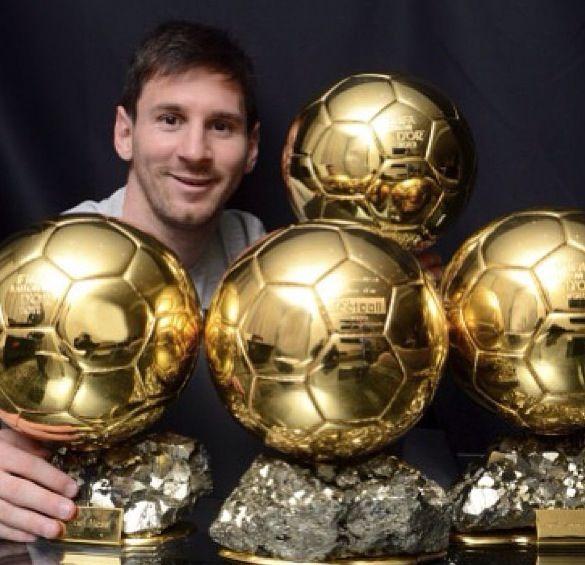 Esta es Lionel Messi rodeado de numerosos premios de la Copa Mundial de la FIFA. Él ha estado en la Copa del Mundo antes. También ha estado en muchos juegos chmpionship y ganado muchos títulos.