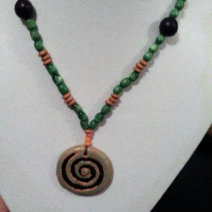 Collar con espiral hecho de arcilla. Facebook: Sonidos del Alma