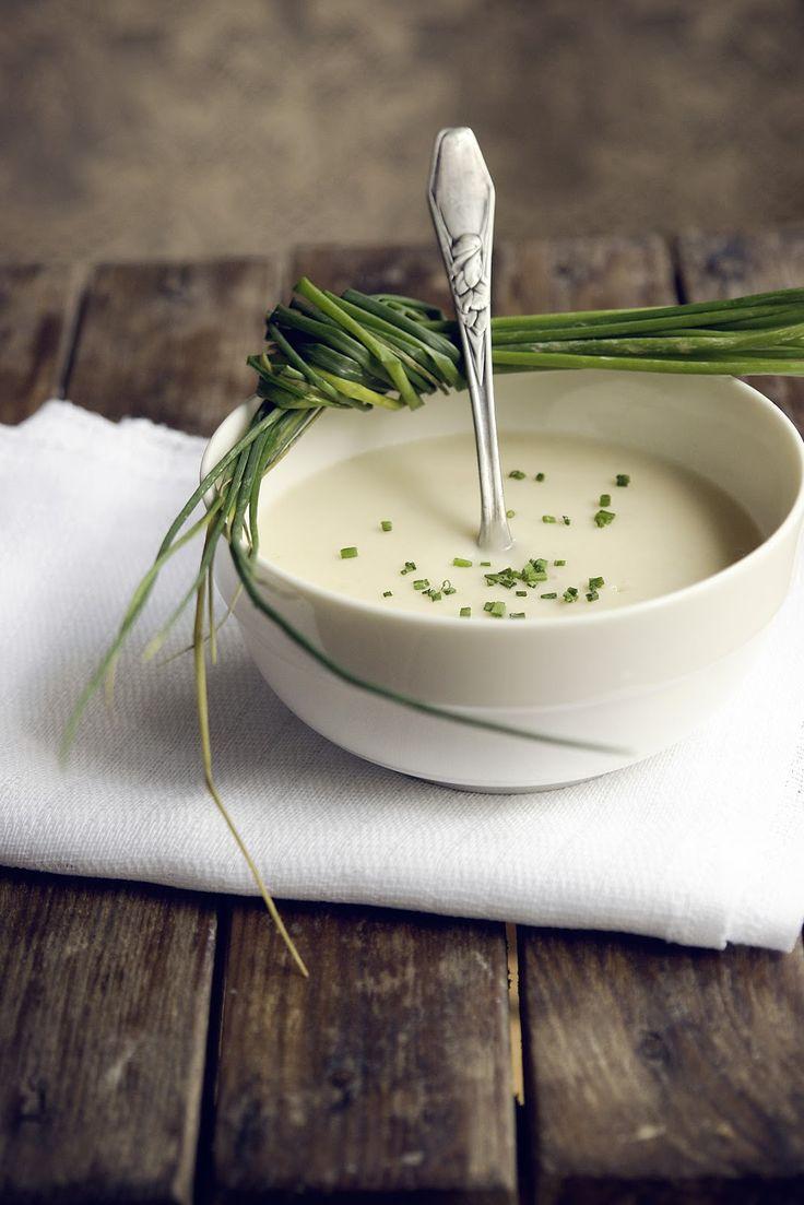 Vichyssoise (zuppa densa fatta con purea di porri, cipolle, patate, panna & brodo di pollo)