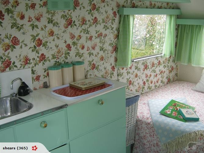 A caravan here in NZ that was done up beautifully retro  leuke kleur voor de kastjes