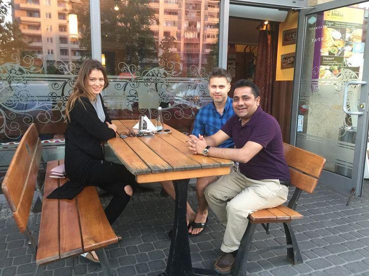 Jesteśmy zaszczyceni, że naszą restaurację odwiedzają sławne osoby.   Bardzo nam miło, że chwalą sobie one nasze pyszne dania. Rozpoznajecie kto znajduje się na zdjęciach? Czekamy na Wasze komentarze.    Mr India - Restauracja Indyjska http://www.mrindia.pl/