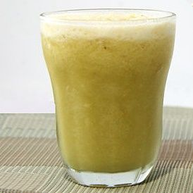 To chyba będzie mój ulubiony przepis, a już na pewno nowy dodatek do letniego śniadania ;) Czy wiesz, że koktajl możesz zrobić z zieloną herbatą?  Czego potrzebujesz?  - 3/4 kubka zaparzonej zielonej herbaty (pozostaw do ostygnięcia)  - 1 mały banan  - 1 łyżka soku z pomarańczy  - 1 łyżeczka zmielonego imbiru  - miód/słodki syrop ( polecam z agawy)  - pokruszony lód - ...