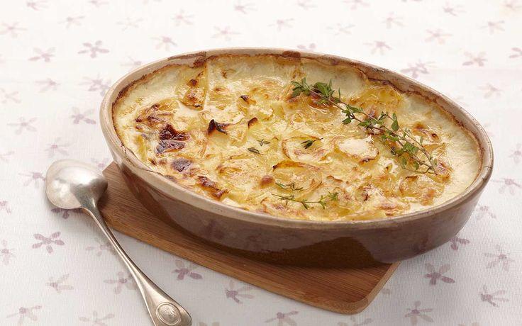 Découvrez la succulente recette de gratin dauphinois de Paysan Breton. La recette authentique du gratin dauphinois, avec ses pommes de terre cuites dans du lait et de l'ail, auquel on ajoute la Crème Fraîche Epaisse de Paysan Breton qui apporte de l'onctuosité à votre gratin. Une recette incontournable et délicieuse.