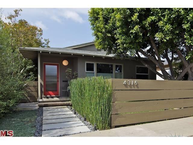 Paint       pavers       tall grasses Mid century modern bungalow exterior. 25  best ideas about Modern bungalow exterior on Pinterest