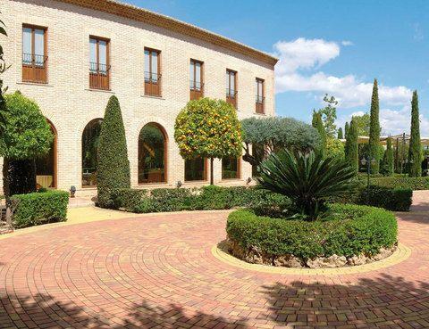 El municipio de Bétera, próximo a Valencia, cuenta con este alojamiento rodeado de 2.000 m2 de jardines. Pasa la noche a partir de 63 euros, con sauna y gimnasio, y te prestarán un vehículo eléctrico (2 horas). Tél. 961 69 83 93.