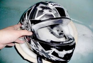 Cara membersihkan dan mencuci helm motor