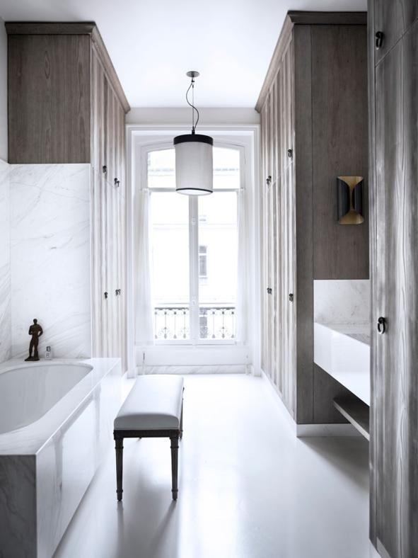 MATERIE DI LUCEUna lampada in bagno può essere anche l'elemento di arredo che definisce lo stile di una stanza. Come succede in sala da pranzo o in camera da letto. In questo appartamento parigino ,gli interior designer Gilles & Boissier hanno stemperato la durezza delle superfici in marmo con il diffusore in carta della lampada a sospensione