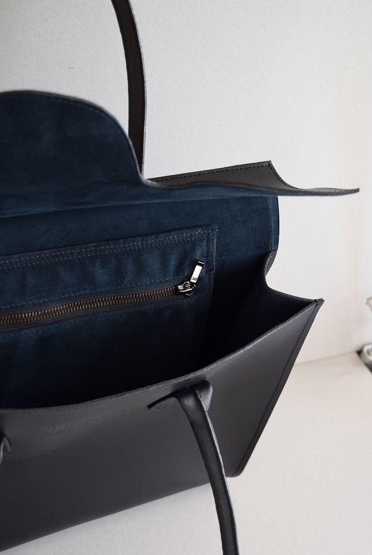Лаконичная женская сумочка из черной кожи. Подклад - синяя замша. Внутри 1 карман на молнии. Длинные удобные ручки. Ручная работа Размер - 34,5х33х10  Возможно заказать такую модель с подкладом из красной, черной зеленой или синей замши. Срок пошива - 2 недели.  Цена: 13 900 р.  #пошивназаказ #женскиесумочки #дизайн #стиль #купитьсумку #ручнаяработа #style #fashion #bag #model #leather #leatherbag #streetstyle #design #hantley #hantleybag #handmade #handmadebag #black #мода #designbag