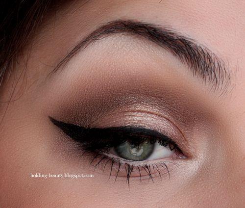 holding beauty blogspot neutral eye with Naked 2 palette