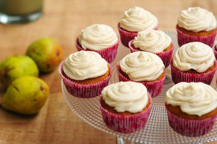 """""""Von veganen Küchengelüsten und anderen Dingen"""" hat diese lecker aussehenden Kürbismuffins mit Birnen-Creme eingereicht fürs #kürbirne Blogevent"""