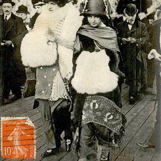 À chaque saison de la mode, comme dans l'actualité sociale et politique, difficile d'échapper à la question du code vestimentaire. « Tenue correcte exigée, quand le vêtement fait scandale » invite à revisiter les scandales qui ont présidé les grands tournants de l'histoire de la mode du XIVe siècle à nos jours.