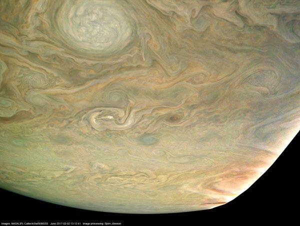 """Obrázek vzniklý při 4. průletu kolem Jupiteru ze vzdálenosti asi 14 500 km nad povrchem planety. Nahoře je oblast 40° jižně s velkou světlou skvrnou ze """"šňůrky perel"""". NASA / JPL-Caltech / SwRI / MSSS / Björn Jónsson"""
