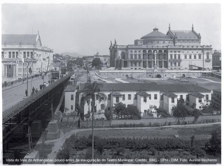 """Esta foto é  SENSACIONAL! ela deve Deve ser quando o Teatro Municipal foi inaugurado em 1911. Note que ainda não existia o prédio da Light à esquerda nem o Hotel Esplanda á direita.   Detalhe: Por volta de 1877, começou a que pode ser considerada """"urbanização"""" da área, com a idealização do Viaduto do Chá, inaugurado somente em 1892."""