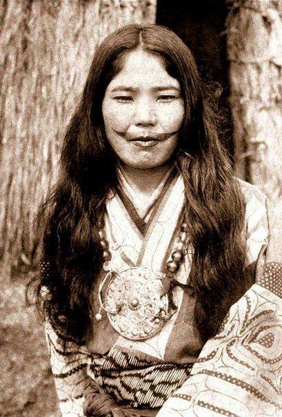 Помимо того, что татуировка была символом женской красоты и социального статуса, она была наполнена и религиозным смыслом. Если девушка умирала в раннем возрасте, не имея татуировки, то считалось, что после смерти она будет брошена в подземное царство