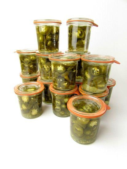 Inmaken lijkt misschien moeilijk maar dat hoeft helemaal niet zo te zijn. Zoals pickled jalapeño's, dat is zupersimpel en heel erg lekker!