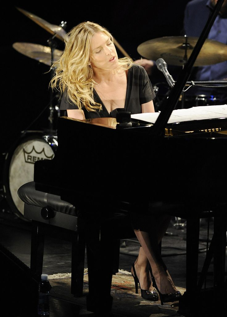 US jazz pianist and singer Diana Krall performs during the 43 Jazzaldia jazz festival in the northern Spanish Basque city of San Sebastian, on July 24, 2008. AFP PHOTO / Rafa Rivas
