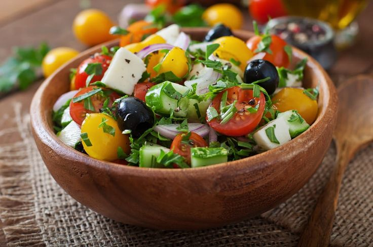 Salat ist langweilig? Stimmt nicht! Mit dieser Kombination aus frischen Tomaten, Gurken und Feta holen wir das Urlaubsgefühl nachhause. Das Rezept von Kayla Itsines ist gesund, lecker und super schnell zubereitet.