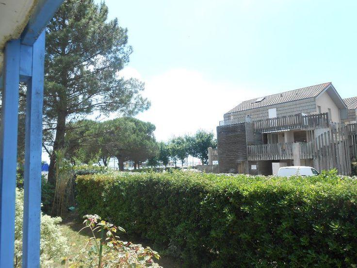 EN PARFAIT ETAT ET MEUBLE, Jolie studio avec terrasse, entièrement meublé, alcove pour lit 90,salle de bains, pièce de vie avec cuisine et convertible. Possibilité de le louer à la semaine l'été !! FORTE RENTABILITE ! Jérémie GOURARI 0662980281