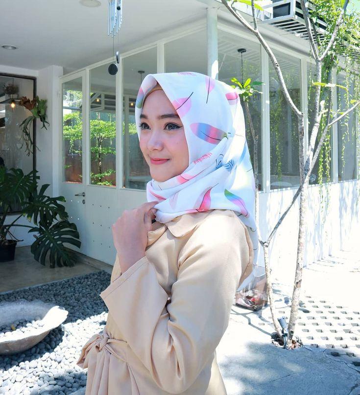 "2,228 Likes, 20 Comments - Nida Fahriyyah (@nida_fahriyyah) on Instagram: ""Seneng banget pake hijab segiempat yang ini, motifnya lucu bahannya gampang diatur dan warnanya…"""