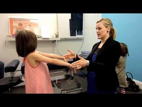 ATNR oefening, bewust maken van de ATNR (door het benoemen van het strekken van de armen) helpt
