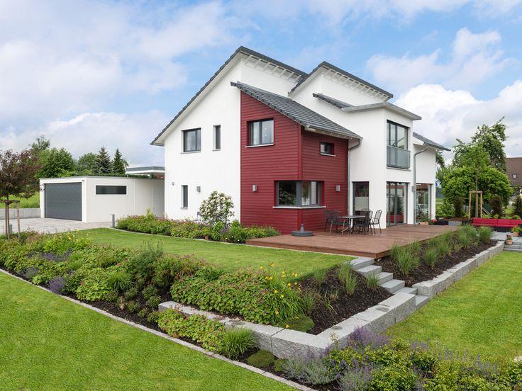 Haus Design 182 • Holzhaus von Frammelsberger • Ökologisch und nachhaltig gebautes Energiesparhaus mit überdachtem Hauseingang, Luft-Wärmepumpe und gemütlichem Kamin.