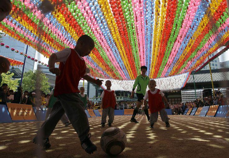 Маленькие мальчики-монахи играют в футбол в сеульском храме. Эти дети проведут тут три недели, взяв на себя обет жить все это время согласно распорядку буддийского монастыря. (AP / Lee Jin-man)