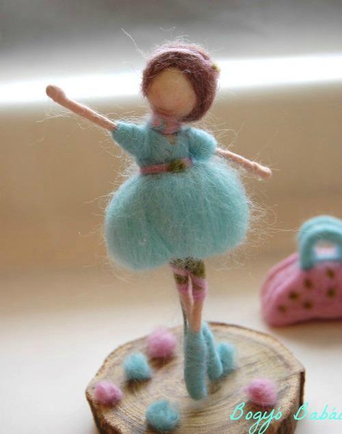 una muñequita hecha con fieltro, hermosa