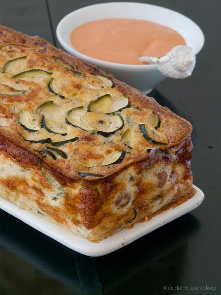 Pastel de calabacín y salchichas con mahonesa de piquillos