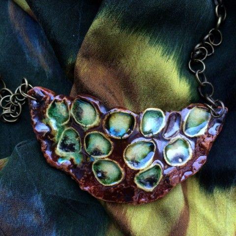 Keramický náhrdelník - Organický šperk náhrdelník přívěsek zelená keramika přírodní hnědá patina keramický autorský mosaz struktura organický