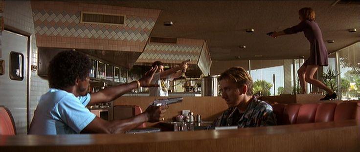 Pulp Fiction (Quentin Tarantino) Hier is een diagonale compositie te zien. Dit versterkt de actie die aan de gang is. Men houdt elkaar onder schot. De vrouw bovenaan is helemaal in paniek. Wat ik speciaal vind aan dit shot is dat enkele momenten ervoor de situatie omgekeerd was en de Afro-Amerikaanse man nog onder schot stond.