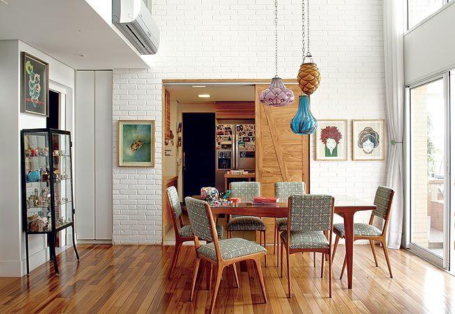 A sala de jantar da empresária Adriana Gama tem mesa e cadeiras estilo anos 50, garimpados em feirinhas de antiguidades. Ao fundo, na parede de tijolinhos aparentes pintados de branco, a porta de correr leva à cozinha. Projeto da arquiteta Gabriela Marques