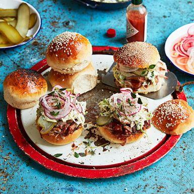 Sliders är det amerikanska namnet på små hamburgare. Här fyller vi dem med läckert mör och smakrik pulled pork, alltså långsamt tillagad fläskkarré. Glöm inte att skeda över den fenomenala sås som bildas när köttet tillagas. Det är hela grejen!