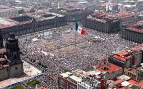 El Zócalo   Si solamente padre recorrerá al palacio nacional, mientras que él está haciendo que podremos ir de aquí. En la plaza, yo espero nosotros podremos encontrar la comida mexicana. Finalmente, veremos  a soldados mexicanos tomar abajo la bandera al atardecer.