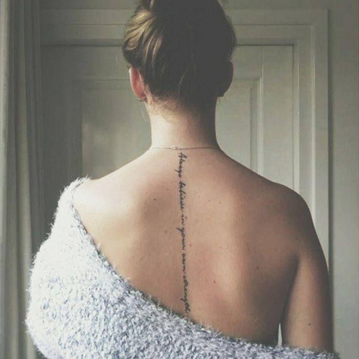 Pequeño tatuaje que dice 'Always believe in your own strength', frase en inglés que significa 'Cree siempre en tu propia fuerza' tatuado en la espalda de Roosnijenhuis.