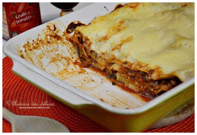 Lorsque j'ai commencé à cuisiner je croyais que les lasagnes étaient compliquées à préparer. Souvent sèches, lorsqu'on en y met pas assez de sauce, il faut trouver le juste milieu pour qu'elles soient réussies ! Ce n'est absolument pas périlleux à faire. Ma recette est tout particulièrement simple, le vin rouge apporte juste la petite touche originale !
