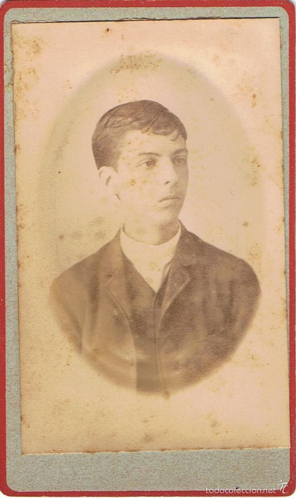 FOTO CARTA DE VISITA. RETRATO DE JOVEN EN MARCO OVALADO.CA.1880.SIN AUTORIA. PROCEDENCIA: BARCELONA. - Foto 1