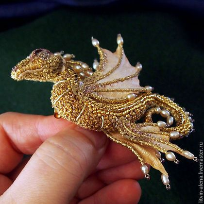 Купить или заказать Брошь дракон 'Марго'. Брошь бисер. Вышитый дракончик. Золотой дракон в интернет-магазине на Ярмарке Мастеров. БРОНЬ В моем заповеднике снова в гостях изящная представительница семейства морских бабочек. Прошу любить и жаловать - Auro et Margaritis - Золотая жемчужина! Прекрасная дракона обладает исключительной скромностью и предпочитает, что бы её звали просто - Королева Марго ;) При создании броши использованы: японский бисер (в том числе и делика gold 24Kt fini...